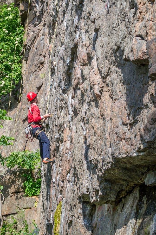 αναρρίχηση των σχοινιών δύο βράχου καλημάνων Ένας νέος ορειβάτης αναρριχείται σε έναν κάθετο βράχο γρανίτη ακραίος αθλητισμός στοκ φωτογραφία με δικαίωμα ελεύθερης χρήσης