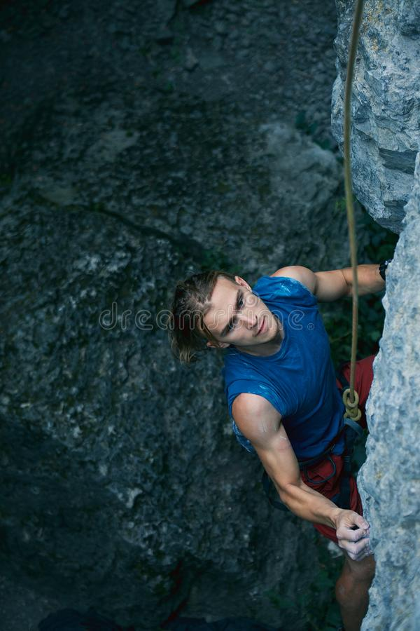 αναρρίχηση των σχοινιών δύο βράχου καλημάνων ορειβάτης βράχου ατόμων που αναρριχείται στη διαδρομή πρόκλησης στον τοίχο ασβεστόλι στοκ εικόνα