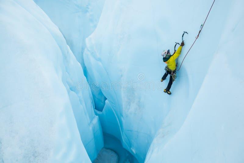 Αναρριμένος σε μια απότομη διαδρομή από μια μεγάλη τρύπα σε έναν πάγο παγετώνων αναρριχηθείτε στοκ εικόνα