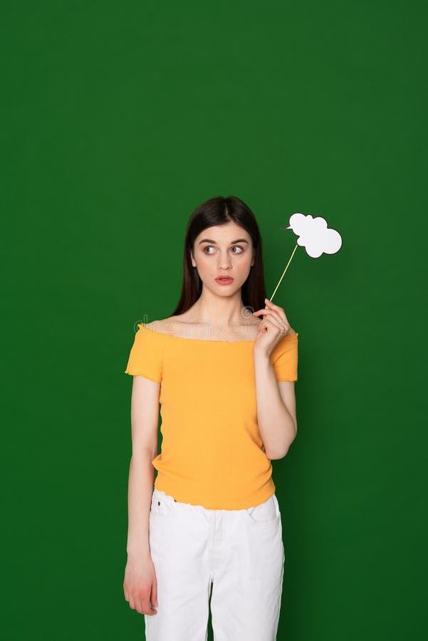 Αναρωμένος νέο κορίτσι brunette που απομονώνεται σε πράσινο στοκ φωτογραφία με δικαίωμα ελεύθερης χρήσης