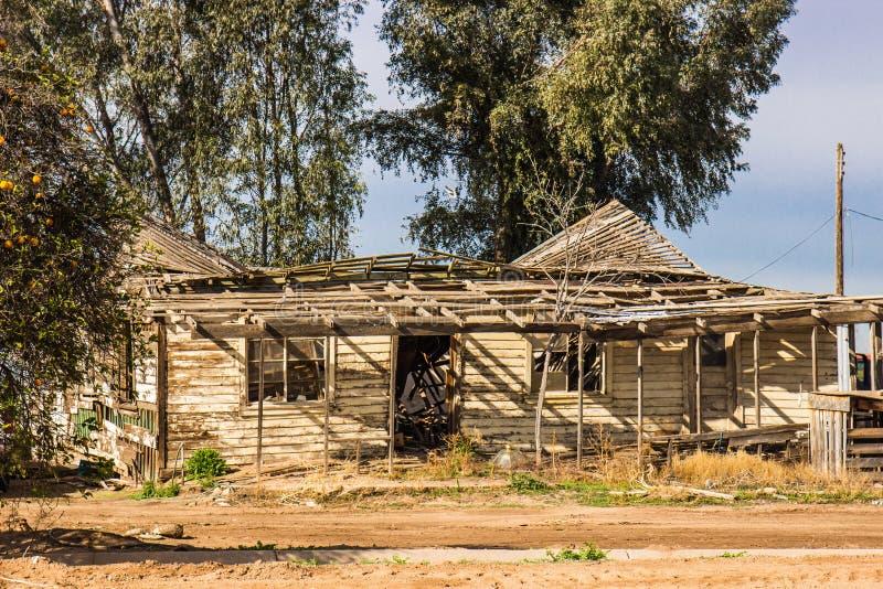 Ανασκάπτω-στη στέγη στο εγκαταλειμμένο σπίτι στοκ φωτογραφίες με δικαίωμα ελεύθερης χρήσης