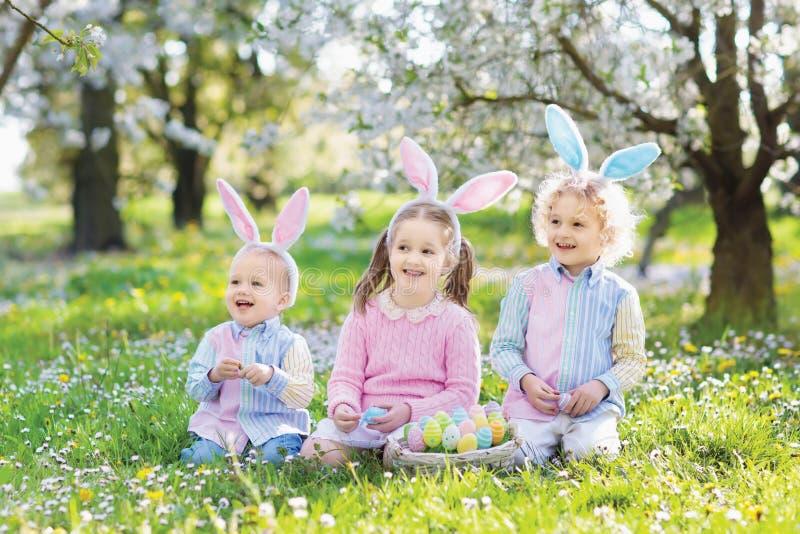 ανασκόπησης αγοριών χαριτωμένο Πάσχας αυγών πράσινο κρυμμένο κυνήγι χλόης αυγών φρέσκο που απομονώνεται έρευνα του λευκού Παιδιά  στοκ εικόνα με δικαίωμα ελεύθερης χρήσης