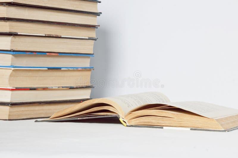 ανασκόπησης βιβλία που απομονώνονται μαύρα πέρα από τον πίνακα στοκ φωτογραφίες με δικαίωμα ελεύθερης χρήσης