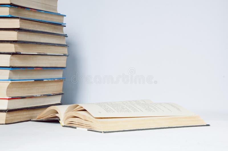 ανασκόπησης βιβλία που απομονώνονται μαύρα πέρα από τον πίνακα στοκ εικόνα με δικαίωμα ελεύθερης χρήσης