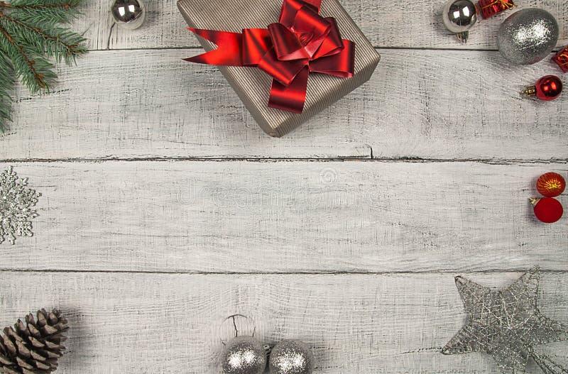 Ανασκόπηση διακοσμήσεων Χριστουγέννων baikal ανασκόπησης δέντρο πεύκων λιμνών δώρα Χριστουγέννων και Χριστουγέννων, νέες διακοσμή στοκ φωτογραφία με δικαίωμα ελεύθερης χρήσης