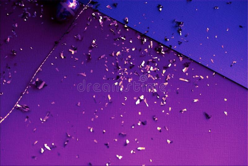 ανασκόπηση ζωηρόχρωμο Πάσχ&al Χρυσό κομφετί στα χρωματισμένα φύλλα Χρυσό αυγό Πάσχας στην επιφάνεια Τοπ άποψη των ρυθμίσεων ντεκό στοκ φωτογραφία με δικαίωμα ελεύθερης χρήσης