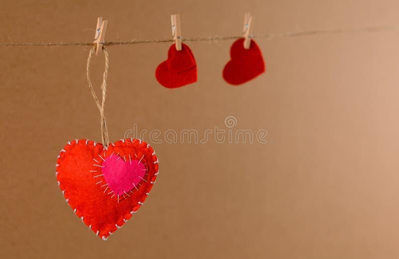 Ανασκόπηση ημέρας βαλεντίνων Καρδιά από αισθητός στο σχοινί με το clothespin στο υπόβαθρο στοκ φωτογραφία με δικαίωμα ελεύθερης χρήσης