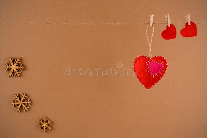 Ανασκόπηση ημέρας βαλεντίνων Καρδιά από αισθητός στο σχοινί με το clothespin στο υπόβαθρο στοκ φωτογραφίες με δικαίωμα ελεύθερης χρήσης