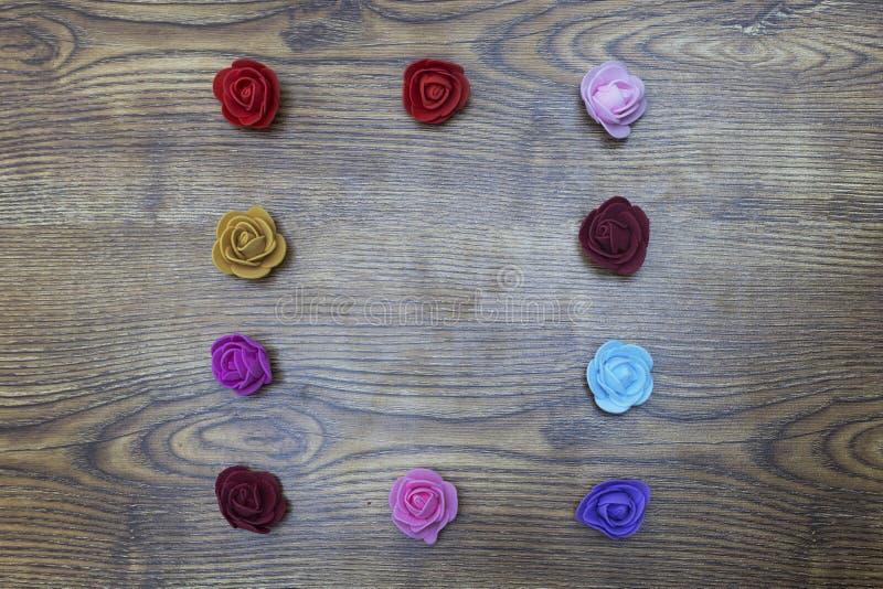 Ανασκόπηση ημέρας βαλεντίνων Ομάδα τριαντάφυλλων πέρα από τον ξύλινο πίνακα Τοπ άποψη με το διάστημα αντιγράφων στοκ φωτογραφία