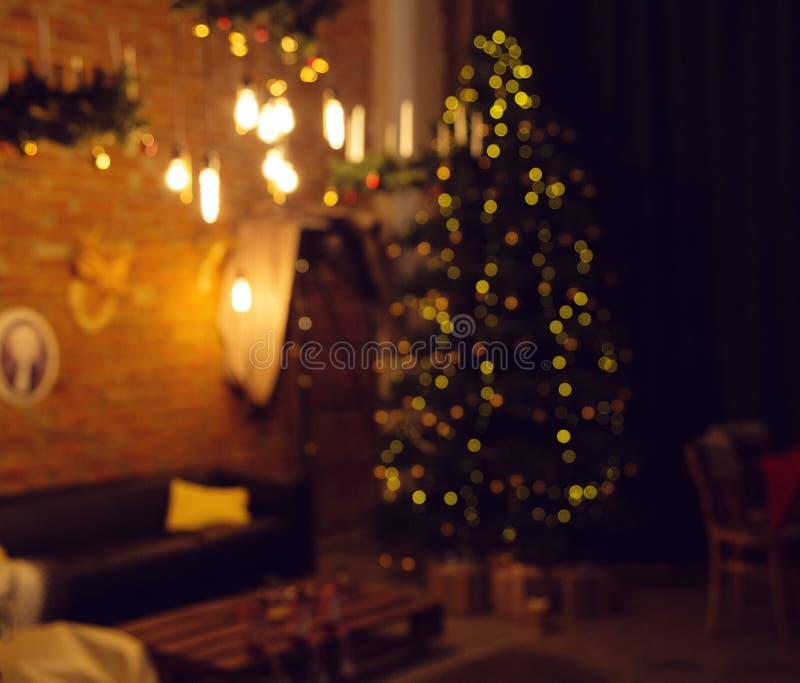 ανασκόπηση που θολώνεται Καθιστικό με ένα χριστουγεννιάτικο δέντρο στοκ φωτογραφίες