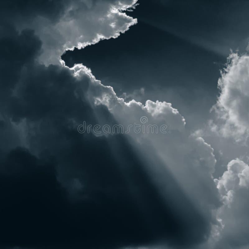 ανασκόπηση που θολώνεται Σκοτεινά σύννεφα και sunrays στοκ εικόνα