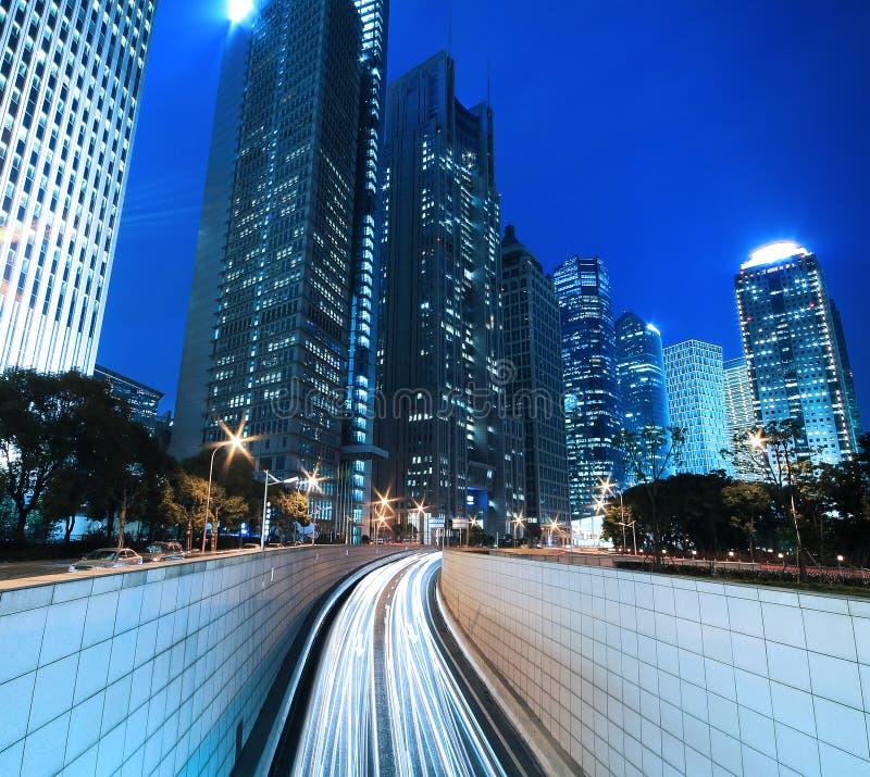 ανασκόπηση που χτίζει τη σύγχρονη ακτίνα Σαγγάη νύχτας στοκ εικόνες
