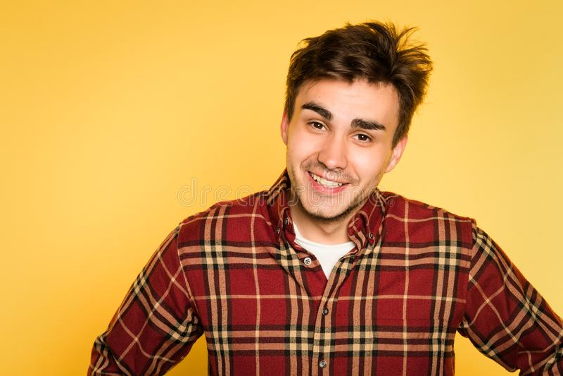 Αναστατωμένη ατημέλητη τοποθετημένη πίσω συγκίνηση χαμόγελου ατόμων στοκ φωτογραφία με δικαίωμα ελεύθερης χρήσης