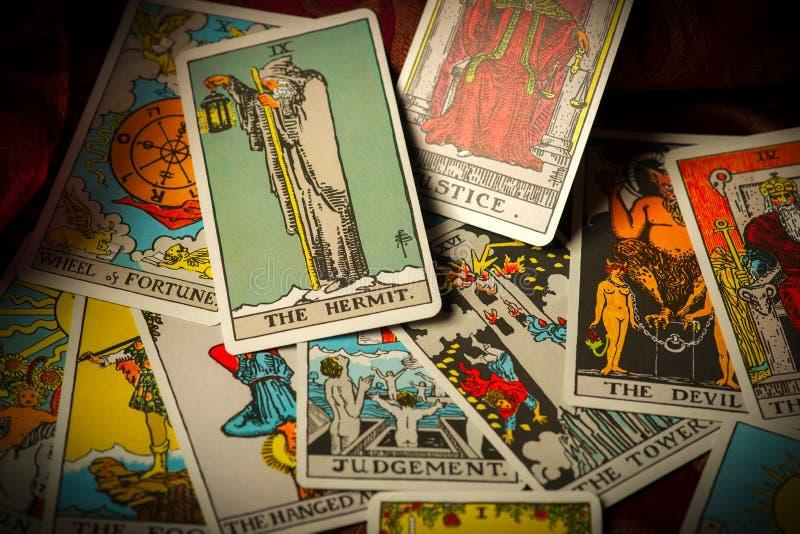 Αναστατωμένος και διεσπαρμένος σωρός των καρτών Tarot στοκ φωτογραφία με δικαίωμα ελεύθερης χρήσης
