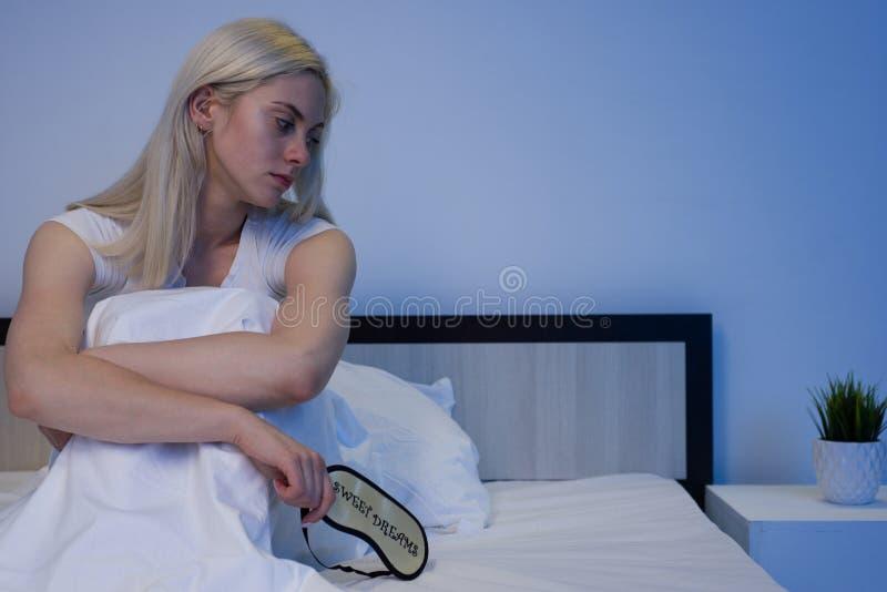 Αναταραχές ύπνου, αϋπνία Γυναίκα που πάσχει από τη συνεδρίαση κατάθλιψης στο κρεβάτι στις πυτζάμες στοκ φωτογραφίες με δικαίωμα ελεύθερης χρήσης