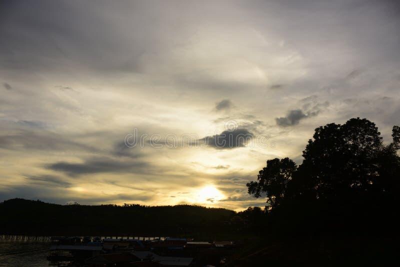 Ανατολή ή ηλιοβασίλεμα στο βουνό στοκ εικόνα