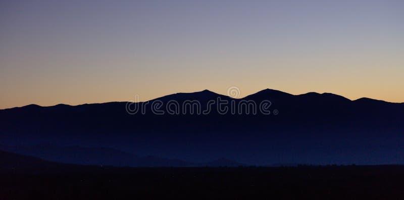 Ανατολή ή ανατολή πέρα από τη σκιαγραφία βουνών με το υπόβαθρο μπλε ουρανού Πανοραμική άποψη, έμβλημα στοκ εικόνες με δικαίωμα ελεύθερης χρήσης