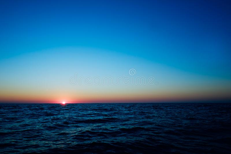 ανατολή επάνω από την ακτή της Πορτογαλίας από μια βάρκα μακριά έξω εν πλω στον Ατλαντικό Ωκεανό στοκ εικόνες με δικαίωμα ελεύθερης χρήσης