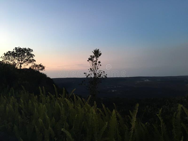 Ανατολή επάνω από τον κρατήρα Halema'uma'u στο εθνικό πάρκο ηφαιστείων της Χαβάης στο μεγάλο νησί, Χαβάη στοκ φωτογραφία με δικαίωμα ελεύθερης χρήσης