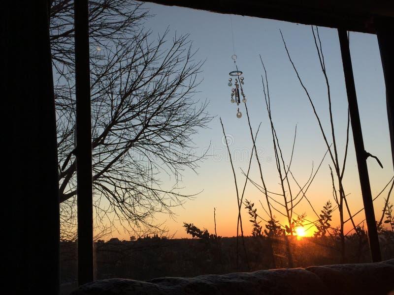 Ανατολή μέσω του παραθύρου το χειμώνα στοκ φωτογραφίες με δικαίωμα ελεύθερης χρήσης