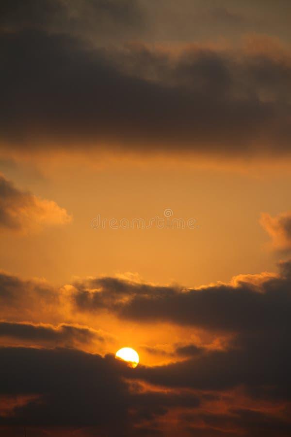 ανατολή με τα σύννεφα στον όμορφο πυροβολισμό στοκ φωτογραφίες