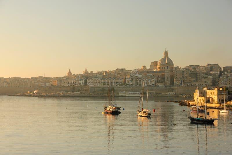 Ανατολή ξημερωμάτων πέρα από το μεγάλο λιμάνι Valletta στοκ εικόνα