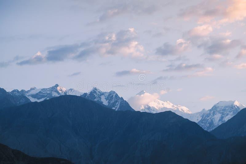 Ανατολή πέρα από καλυμμένες τις χιόνι αιχμές βουνών στη σειρά Karakoram στοκ εικόνα με δικαίωμα ελεύθερης χρήσης