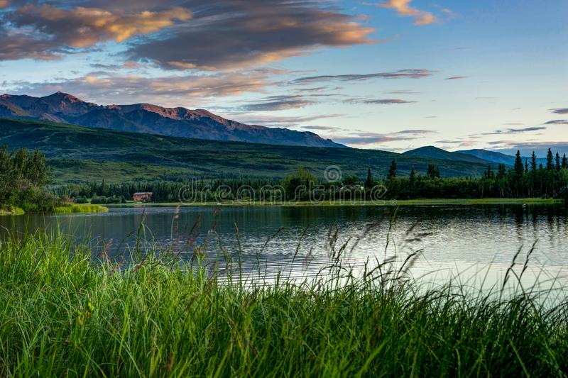 Ανατολή πέρα από τα βουνά στο εθνικό πάρκο Denali στην Αλάσκα που ενώνεται στοκ εικόνες