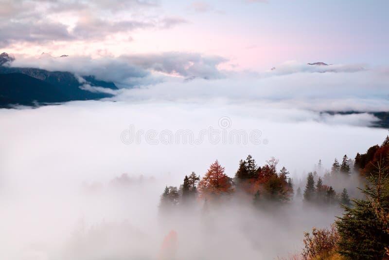 Ανατολή πέρα από την ομίχλη στις Άλπεις στοκ φωτογραφίες με δικαίωμα ελεύθερης χρήσης