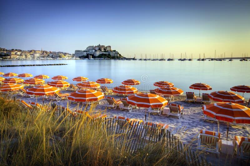 Ανατολή πέρα από την παραλία του Calvi στοκ εικόνα