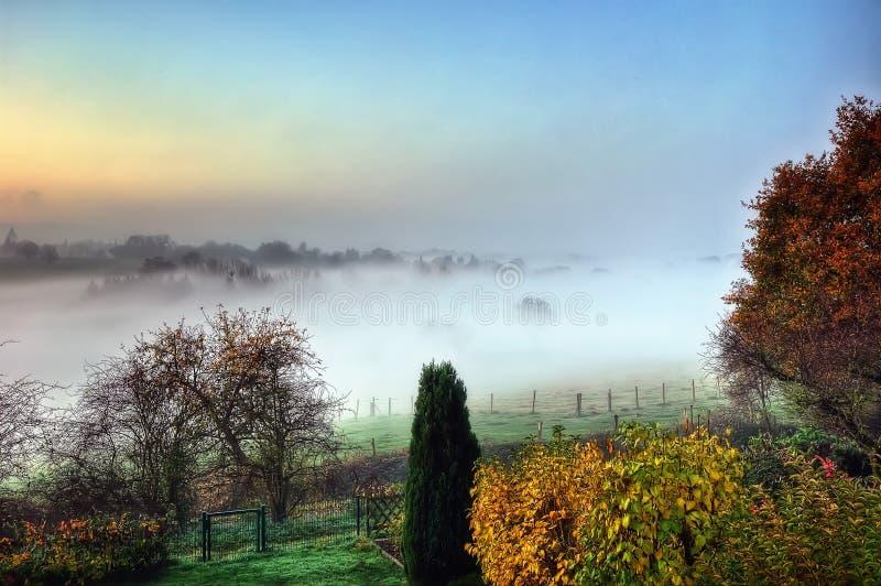 Ανατολή πέρα από την υδρονέφωση πρωινού, Άαχεν, Γερμανία στοκ φωτογραφίες