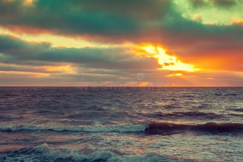 Ανατολή πέρα από τη θάλασσα με το δραματικό ουρανό στοκ φωτογραφίες