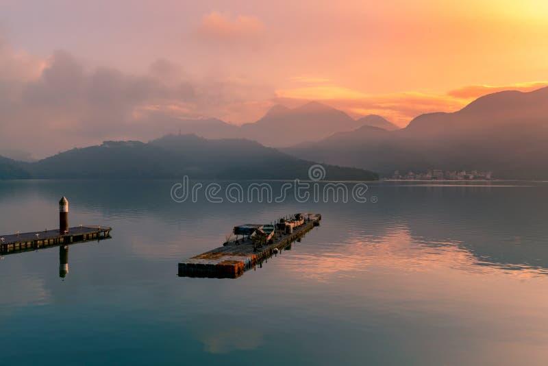 Ανατολή πέρα από τη λίμνη νερού αντανάκλασης ουρανού στοκ φωτογραφία