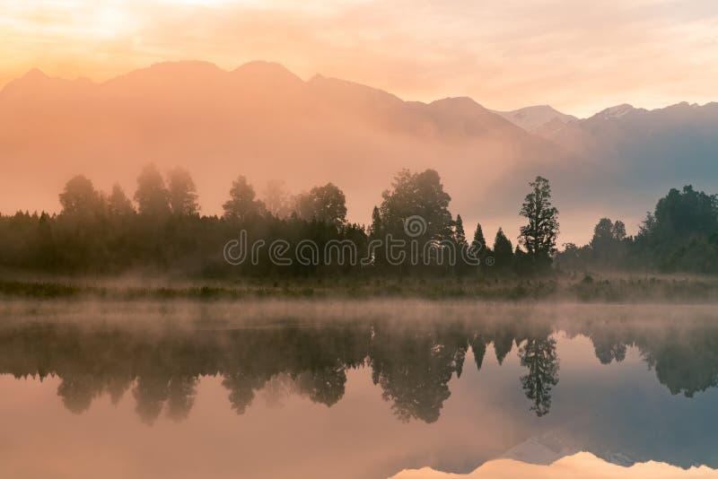 Ανατολή πέρα από τη λίμνη νερού αντανάκλασης Matheason, Νέα Ζηλανδία στοκ εικόνες με δικαίωμα ελεύθερης χρήσης