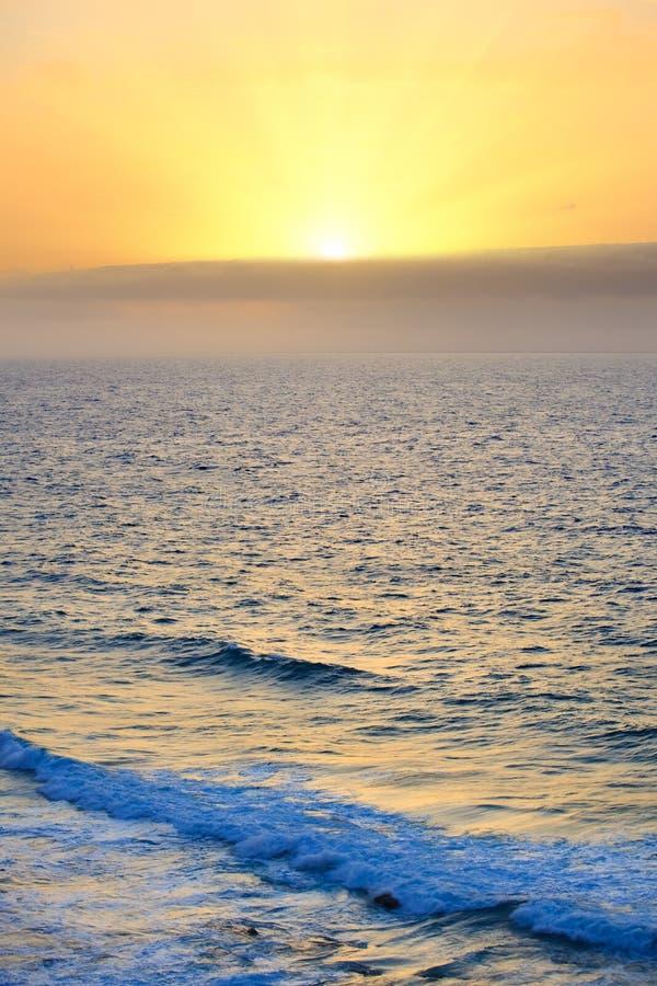 Download Ανατολή πέρα από τον Ατλαντικό Ωκεανό Στοκ Εικόνα - εικόνα από bazaars, ήλιος: 22796547