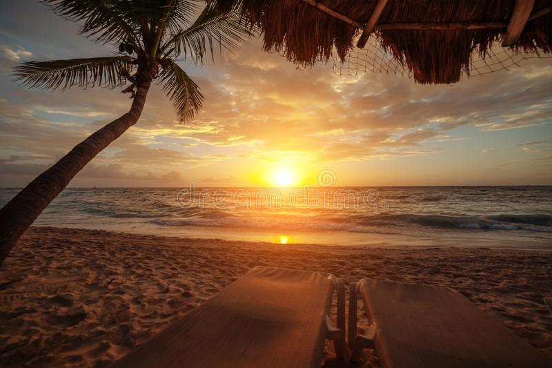 Ανατολή πέρα από τον ωκεανό σε Cancun Μεξικό στοκ εικόνα