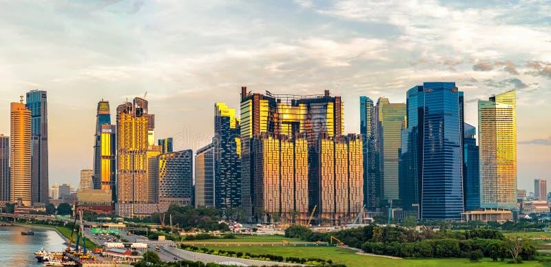 Ανατολή πέρα από τους ουρανοξύστες στη στο κέντρο της πόλης πόλη της Σιγκαπούρης στοκ φωτογραφία