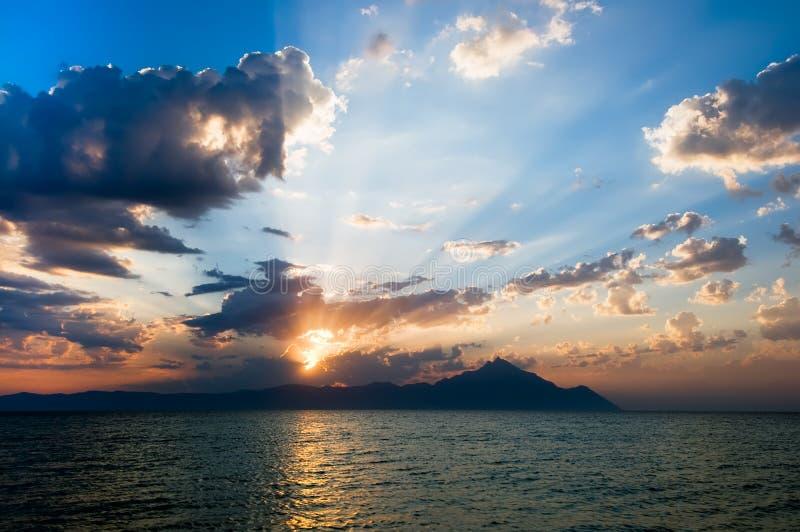 Ανατολή πέρα από το βουνό Athos στην Ελλάδα στοκ εικόνα με δικαίωμα ελεύθερης χρήσης