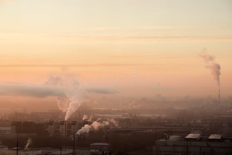 Ανατολή πέρα από το εργοστάσιο στη βιομηχανική περιοχή Ομίχλη και καπνός πρωινού από τους σωλήνες Ατμοσφαιρική ρύπανση, προβλήματ στοκ εικόνες με δικαίωμα ελεύθερης χρήσης