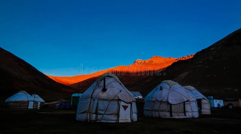 Ανατολή πέρα από το Κιργίσιο Yurts στον ποταμό Tash-Rabat και κοιλάδα στην επαρχία Naryn, Κιργιστάν στοκ φωτογραφία με δικαίωμα ελεύθερης χρήσης