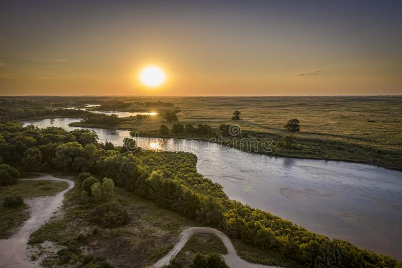 Ανατολή πέρα από το μελαγχολικό ποταμό στη Νεμπράσκα Sandhills στοκ φωτογραφία