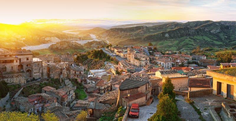 Ανατολή πέρα από το παλαιό διάσημο μεσαιωνικό χωριό Stilo στην Καλαβρία στοκ φωτογραφίες με δικαίωμα ελεύθερης χρήσης