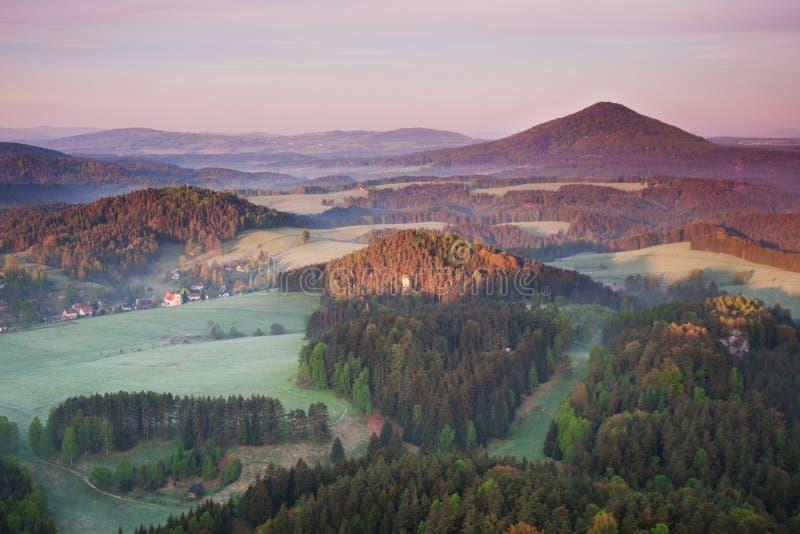 Ανατολή πέρα από το τοπίο της Misty Φυσική άποψη του ομιχλώδους ουρανού πρωινού με τον ήλιο αύξησης επάνω από τη δασική μέση θερι στοκ φωτογραφίες