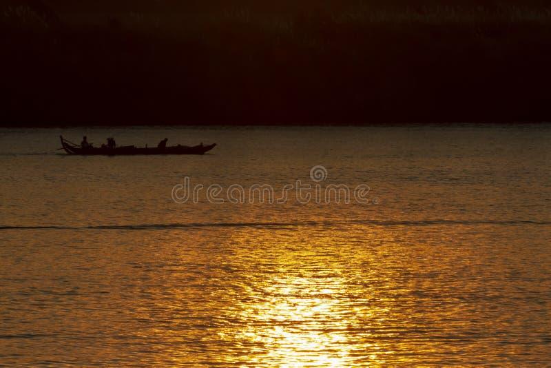Ανατολή που απεικονίζει στο ποταμό Μεκόνγκ στη Πνομ Πενχ Καμπότζη στοκ φωτογραφία με δικαίωμα ελεύθερης χρήσης