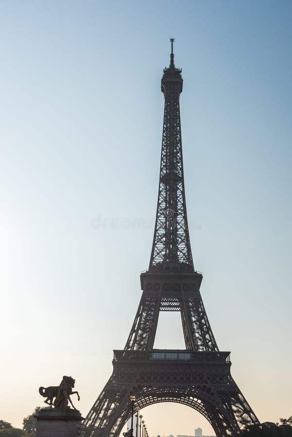 Ανατολή πρωινού στο backlight στον πύργο του Άιφελ στο Παρίσι στοκ εικόνα με δικαίωμα ελεύθερης χρήσης