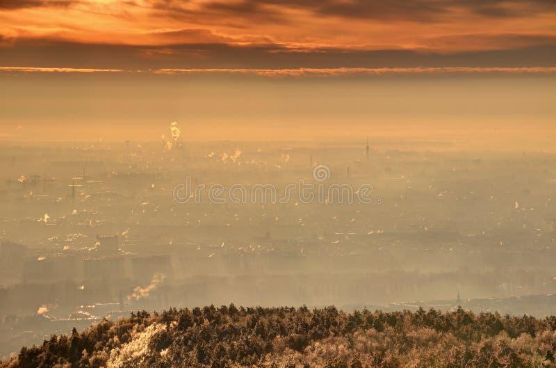 Ανατολή πυράκτωσης πέρα από τη Βουδαπέστη βιομηχανική και κατοικήσιμες περιοχές στοκ φωτογραφίες