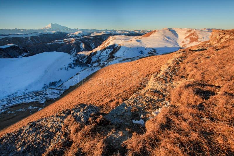 Ανατολή στα βουνά Elbrus, βόρειος Καύκασος, Ρωσία στοκ φωτογραφία