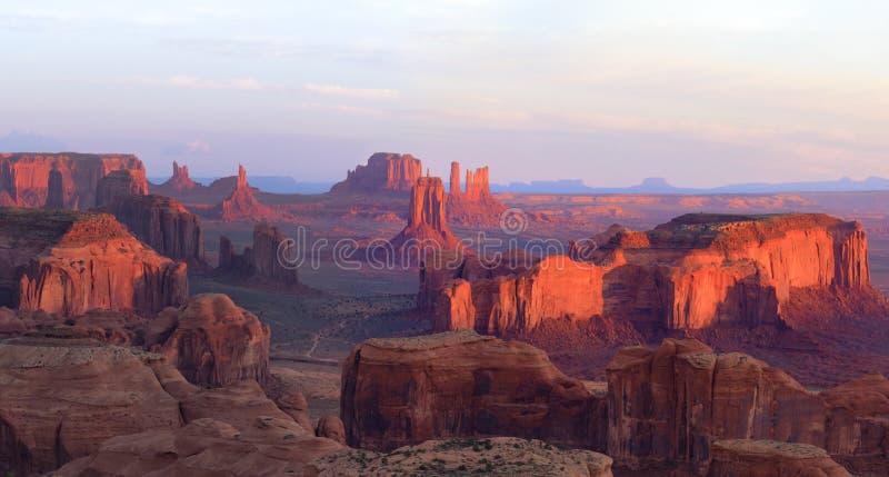 Ανατολή στα κυνήγια Mesa κοντά στην κοιλάδα μνημείων, Αριζόνα, ΗΠΑ στοκ εικόνες με δικαίωμα ελεύθερης χρήσης