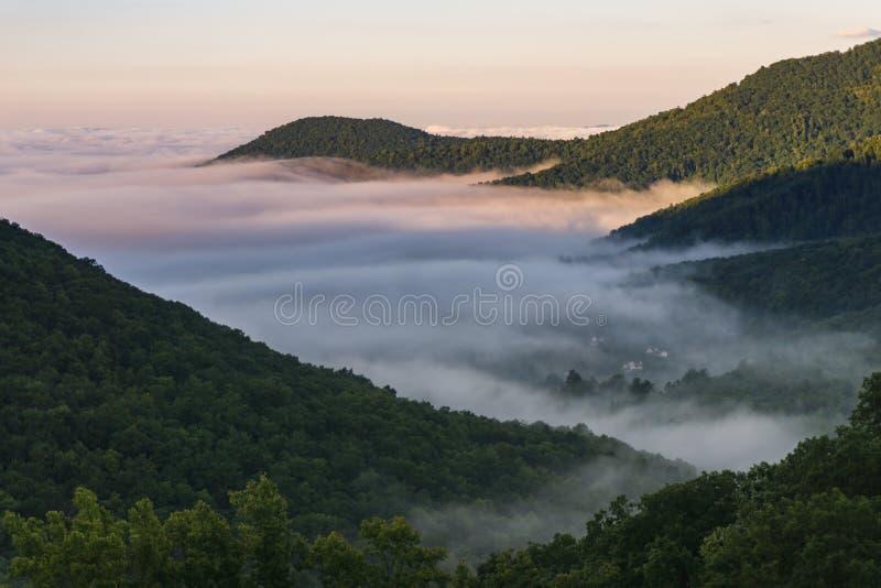 Ανατολή στα μπλε βουνά κορυφογραμμών στοκ εικόνες