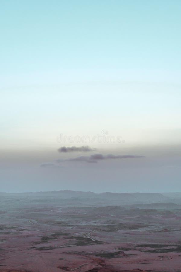 Ανατολή στην ξηρά έρημο negev του Ισραήλ Καταπληκτική άποψη σχετικά με τα mountaines, τους βράχους και τον ουρανό Εθνικό πάρκο ma στοκ εικόνα